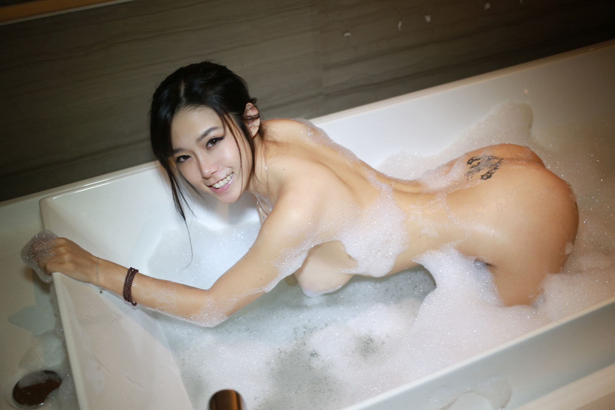 nude-chinese-girl-takes-a-bath